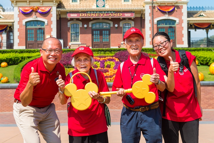 Together with its corporate alliance Hong Kong Disneyland Resort, AIA Hong Kong created numerous surprises for the elderly visitors from St. James' Settlement. Two elderly visitors from the group were invited to join Hong Kong Disneyland Resort Ambassador, Sammy Phu (far left), to welcome all guests and unlock the main entrance.