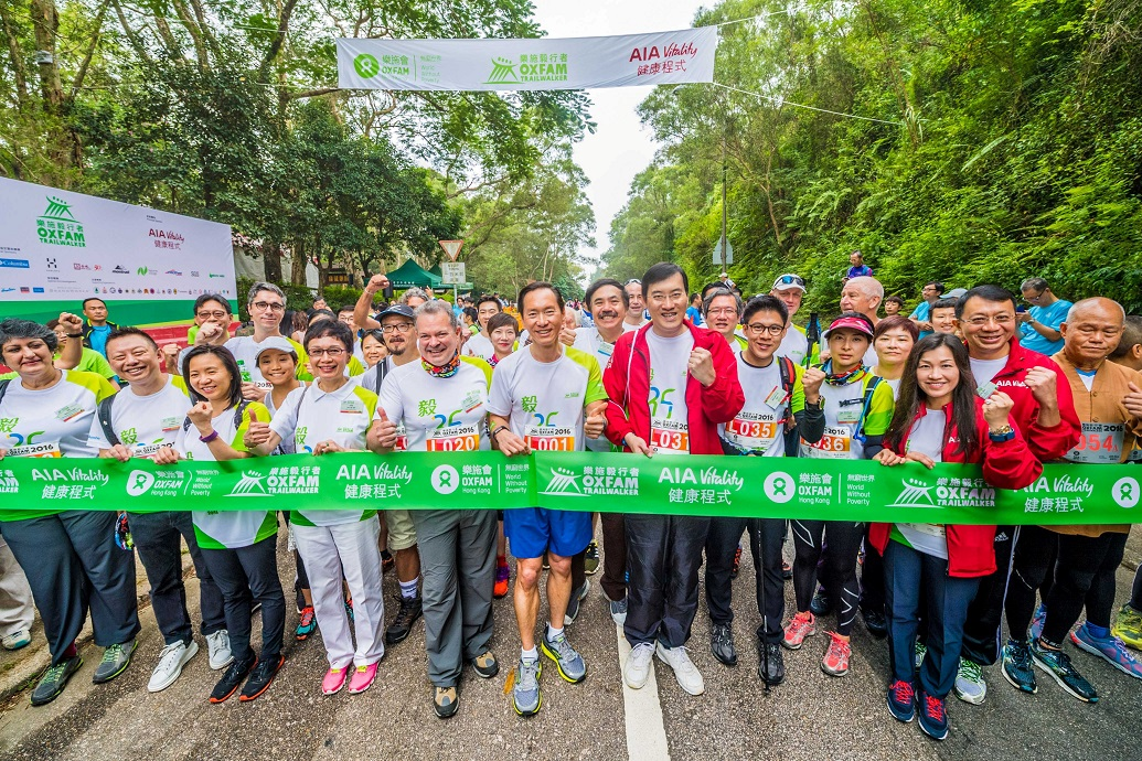 Close to 40 business leaders, including Bernard Chan, Oxfam Trailwalker Advisory Committee Chair (first row, sixth from the left); Jacky Chan, Chief Executive Officer of AIA Hong Kong and Macau (first row, seventh from the left); Kenneth K. K. Fok and wife Guo Jingjing (first row, fifth and sixth from the right); Carrie Ko, Head of AIA Vitality, AIA Hong Kong and Macau (first row, fourth from the right); Bonnie Tse, General Manager, Business Strategy and Marketing, AIA Hong Kong and Macau (first row, third from the right); and Shirley Yuen, CEO of The Hong Kong General Chamber of Commerce (first row, third from the left), joined the 'Oxfam Trailwalker 2016 – Leaders Against Poverty Walk' on the first day of the event